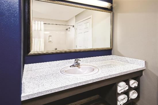 La Quinta Inn & Suites Brownsville North : bathroom