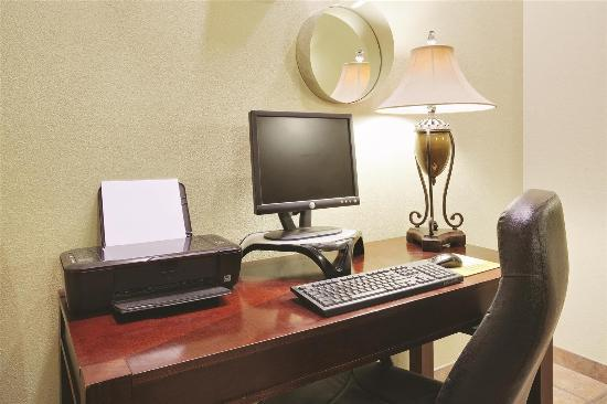 La Quinta Inn & Suites Santa Rosa: business center