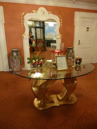 Hotel Royal: Между этажами