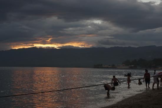 Argao, Philippinen: Sunset on the beach