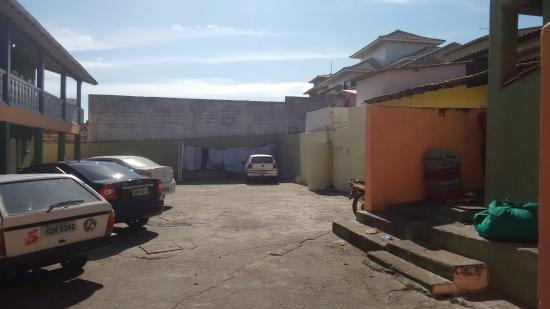 Garota de Itauna : estacionamento e acesso aos quartos dão para os fundos do restaurante