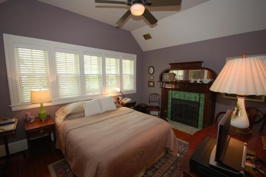 Bethesda, MD: Queen bedroom, 3rd floor