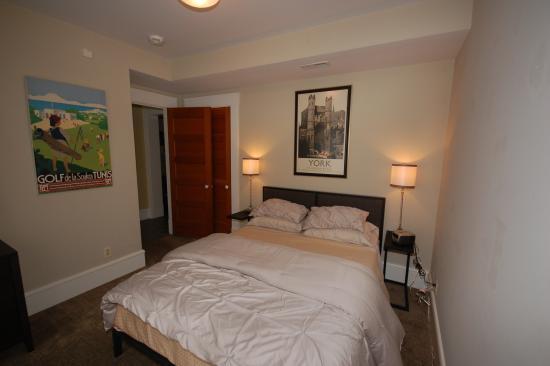 Bethesda, MD: Queen bedroom, 1st floor