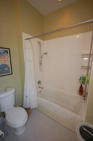 Bethesda, MD: Full bath for the 3rd floor guest room