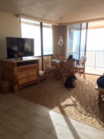 Kahana Beach Resort: Corner room, 1207