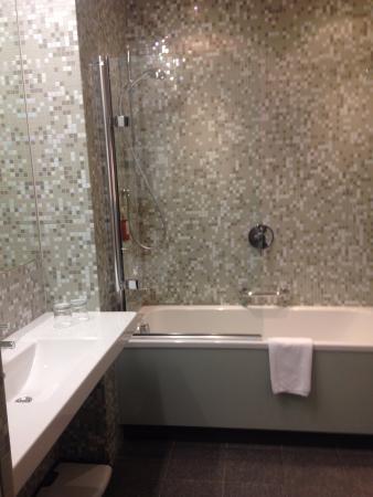 City Park Hotel & Residence: Отлично оборудованная ванная комната