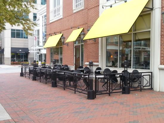 outdoor seating - Picture of California Pizza Kitchen, Virginia ...