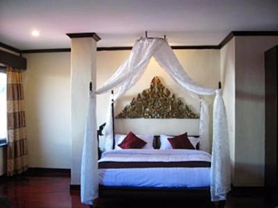 Royal Dokmaideng Hotel: เตียงคู่