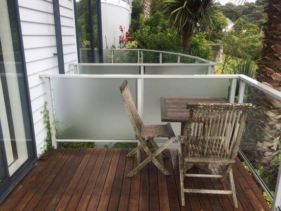 Waiheke Island Resort: private patio outside room