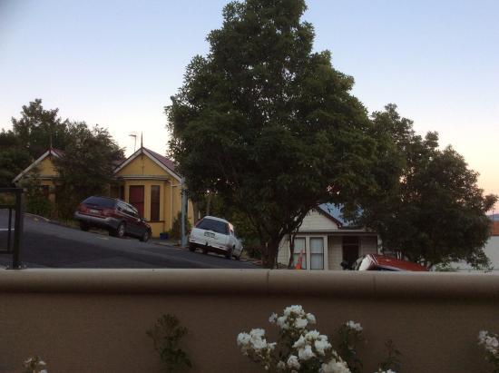 Motel on York: Our courtyard ~ Very steep street next door