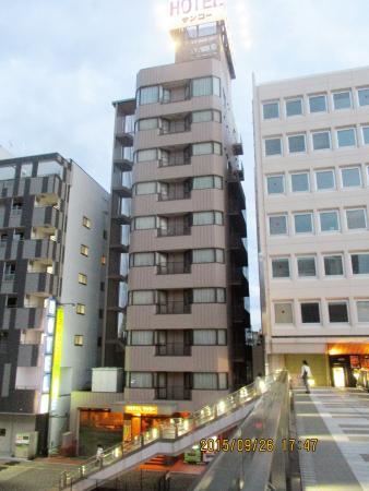 Hotel Sanko Takasaki: ホテルの外観  歩道橋から