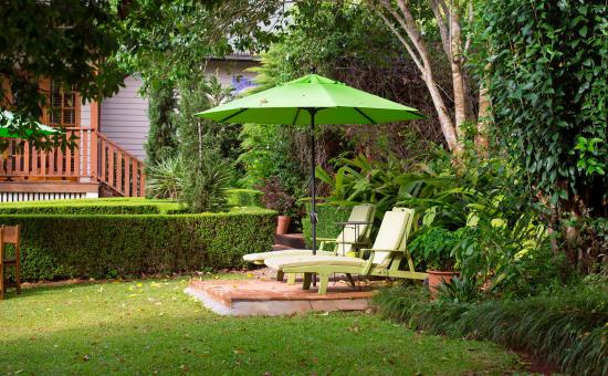 Allumbah Pocket Cottages: Sun-up on the sun lounges in Allumbah's beautiful gardens