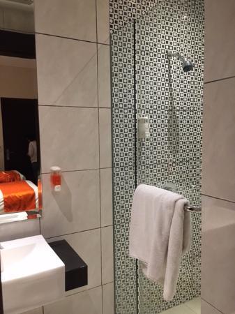 The Pavilion Hotel Kuta: Kamar mandi kecil tapi cukup bersih