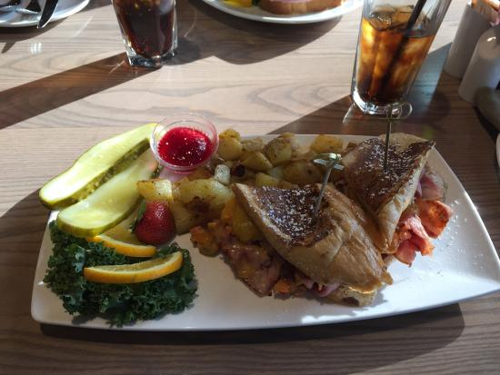 Moclips, วอชิงตัน: Monte Cristo sandwich with salmon