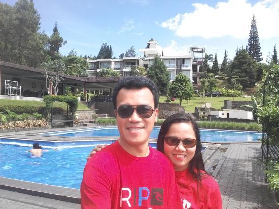 Lembang Asri: Narsis depan kolam renang