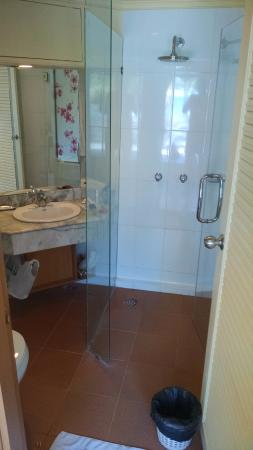 Patong Boutique Hotel: Rare enclosed shower!