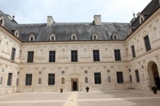 Ancy-le-Franc, Francia: Внутренний двор замка.
