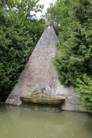 Ancy-le-Franc, Francia: Фонтан Пирамида.