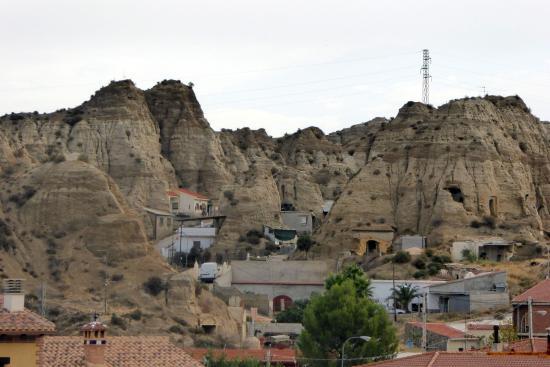 Une vue rapprochée sur des habitations troglodytes de Purullena