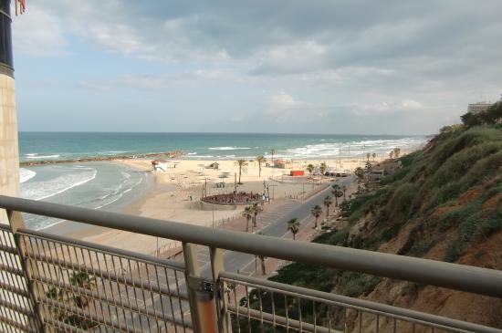 Margoa Hotel Netanya: Вид с лифта на море