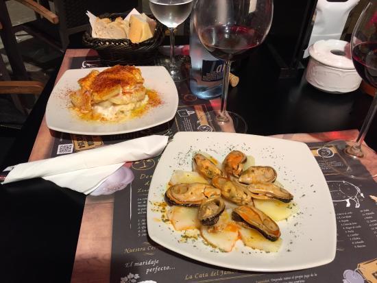 Tapas muslinger og patata bravas billede af dehesa - Dehesa santa maria ...