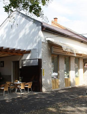 Nyiregyhaza, Ungheria: Nyári délutánon az üzlet és a terasz