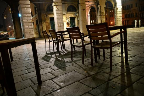 Osteria Bancogiro: We had the patio all to ourselves... A bit chilly for the Italians.