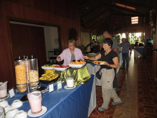 Arenal Manoa Hotel & Spa: A.M. breakfast one of continuing selection tables