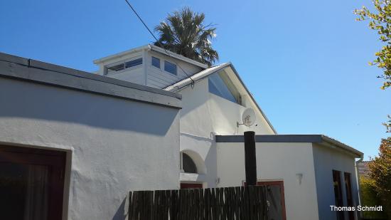 Cape Paradise Lodge and Apartments: Blick auf das Bad von außen