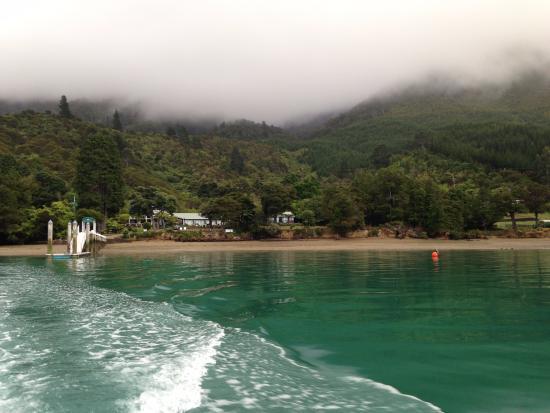 Marlborough, Yeni Zelanda: View at lodge from the boat