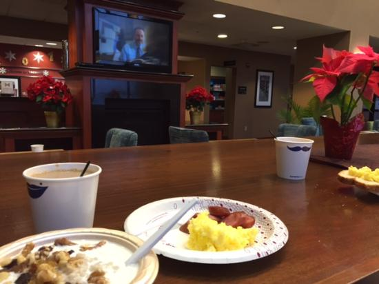 Hampton Inn & Suites Tacoma-Mall: Breakfast area...love the fireplace and the space.