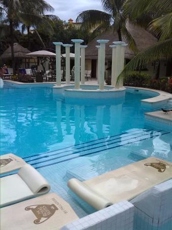 La piscina del Royal con colchonetas