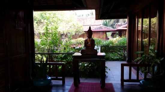 Angkor Village Hotel: espacio de lectura entre cabañas