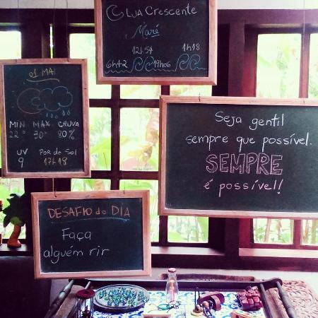 """Pousada Jacaranda: Placas de """"bom dia"""" no café da manhã"""