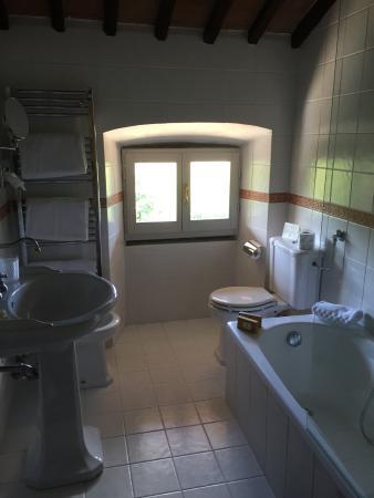 Villa di Piazzano: Baño amplio y limpio