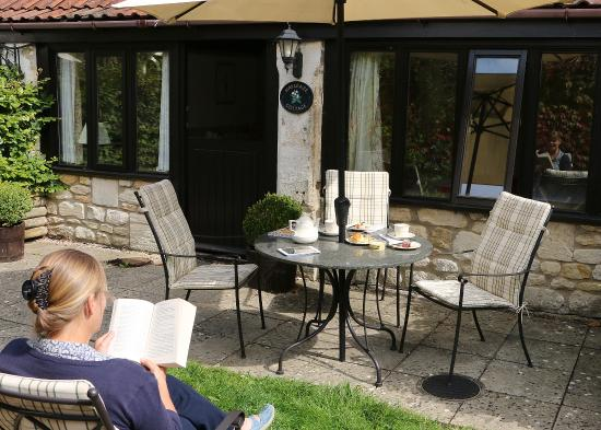 Winsley, UK: Enjoying the garden area with your own outdoor furniture