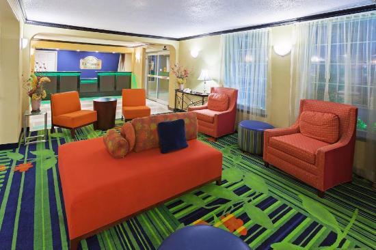 La Quinta Inn & Suites Tulsa Central: LQ Lobby