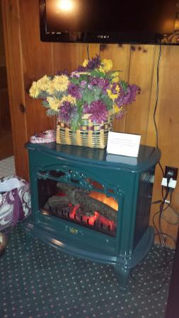 Williamstown, MA: king room with fire place
