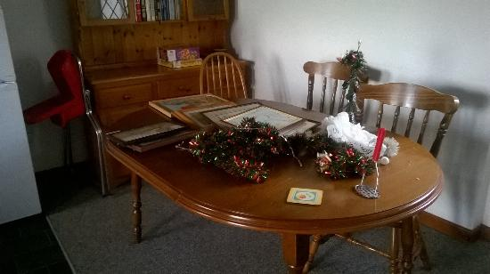 Lealholm, UK: Kitchen table complete with loads of pictures!