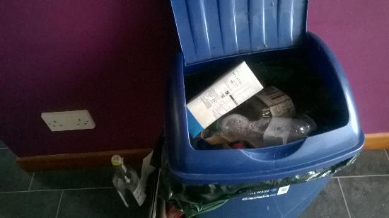 Lealholm, UK: Full kitchen bin