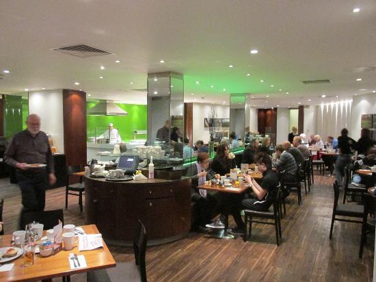 Holiday Inn London Bloomsbury: Parte del desayunador