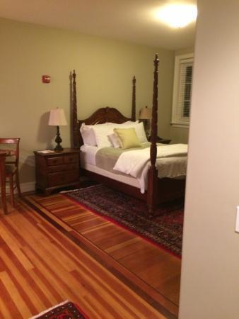Pelham Court Hotel: Sleeping area from entryway