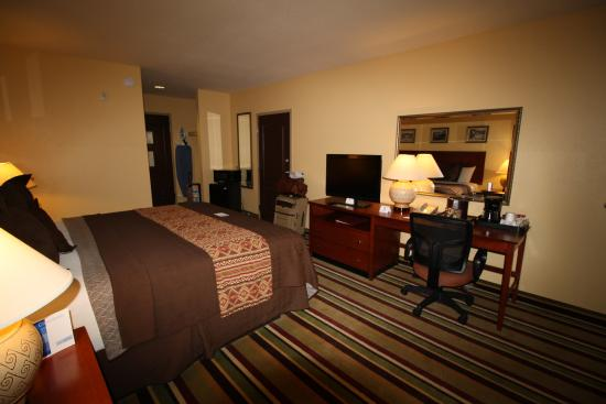 Moenkopi Legacy Inn & Suites: room - spacious