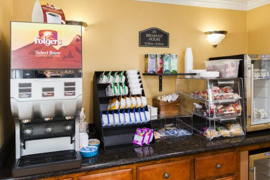 Tri-Valley Inn & Suites: BREAKFAST AT THE LOBBY