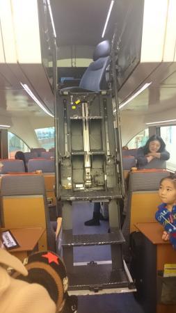 Odakyu Romance Car: 運転席に入る梯子が電動で降りてきます