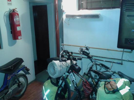 Hotel Viena: Zona de habitaciones arriba y abajo, se puede dejar la bici