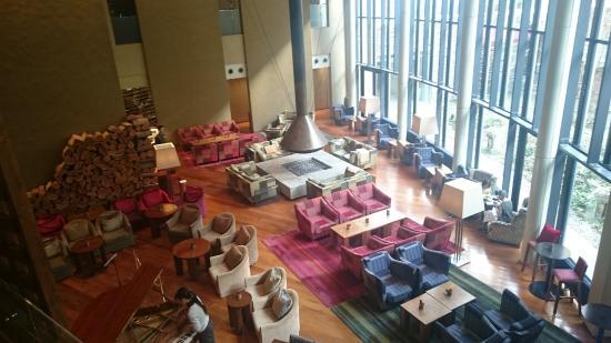 Hyatt Regency Hakone Resort and Spa: 暖炉のあるリビングルーム