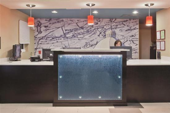 La Quinta Inn & Suites Oxford - Anniston: Lobby view