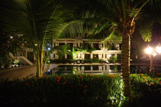 T-Villa Resort: Pool view at night