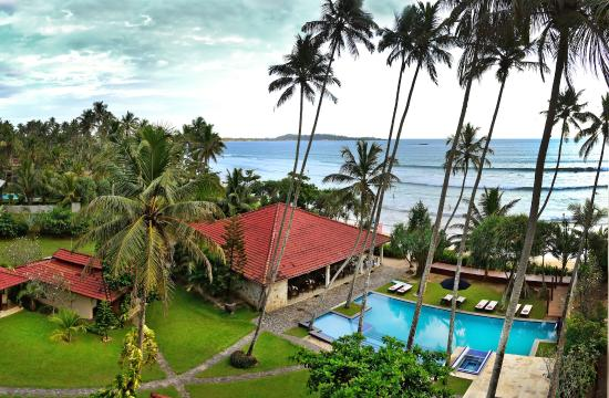 Weligama Bay Resort: Pool & Cutty Sark Beach  Restaurant